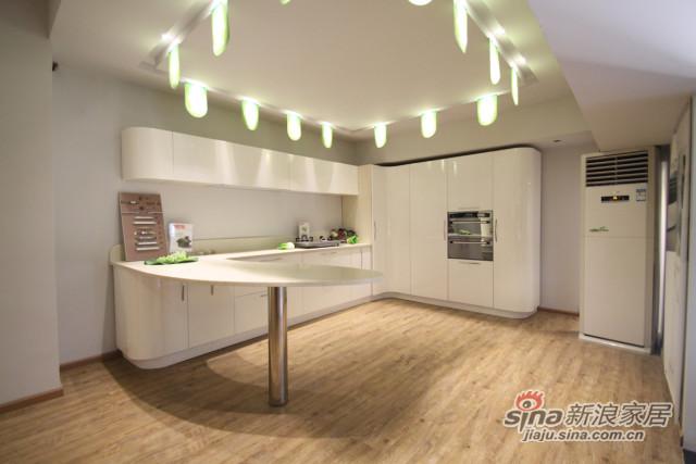 暖白纯色温馨厨房橱柜-0