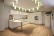 暖白纯色温馨厨房橱柜