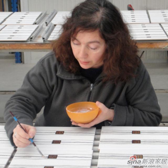 <center>手工绘制花砖腰线环节</center><br><br>九门尺差分检--高温烧制的瓷砖由于每块物理性能都有细微差别,因此成品瓷砖尺寸会有不同,需  要按尺寸分类。成品瓷砖在流水线上需要通过九道宽度尺寸由大到小的门来筛选出不同尺寸的瓷砖。
