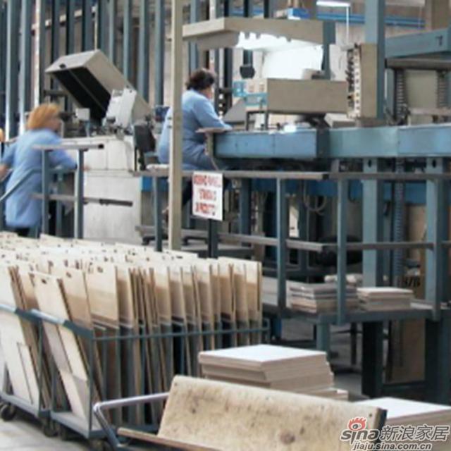 <center>技师质检环节</center><br><br>物理检测试验室一共有50个专业员工与最现代的技术设备对每天生产的瓷砖进行抽检 。