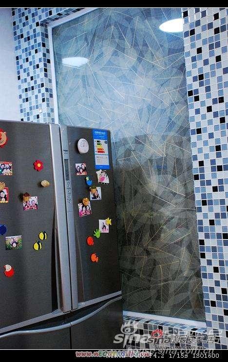 冰箱..厨房的一面墙用的是黑白灰三色搭配的玻璃马赛克