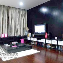 舒适、现代的家具、别致的灯具是这套房间的特点之一