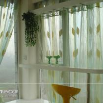 窗边的吧台,客厅我主张用简洁的风琴帘,休闲厅我主张用素色的纱帘,但最后都是业主自己配的
