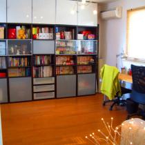 这是站在门口拍的书房情景,一整面墙的ikea贝达书橱。