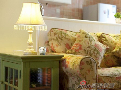 给边柜和台灯来个特写,用的是仿旧的家具,略略带有文艺的气息。