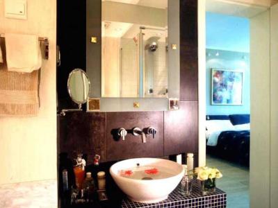 在淡雅的卫浴空间里,这个深色手池区域并不突兀,且有现代的气息