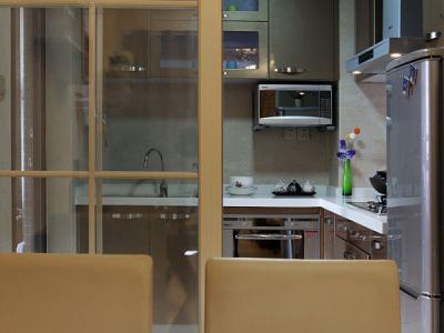 退出一点点看厨房外面的门,密封不错,油烟不会飘到客厅
