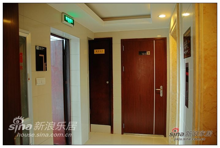 电梯厅,比较小,不过两户人家也够了