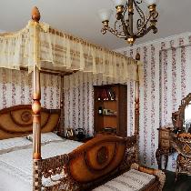 英式田园卧室。卧室家具主角当然是床,多以高背床、四柱床为主,繁复的设计另整体更具层次感和装饰性。