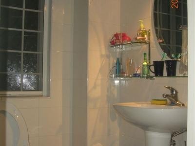 这是次卧的 主卧的洗手间还使用暂做储藏间了