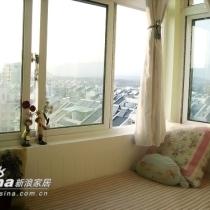 旁边是自己最喜欢的飘窗,窗外可以鸟瞰大半个西区了。飘窗是92CM宽,是张很舒服的单人床。平时最爱窝在上面看书