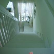 在网上搜了很多楼梯的图片,和木工讨论了很久,楼梯终于成型