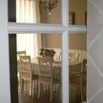 从厨房的玻璃透视我的餐厅