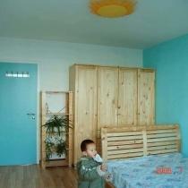 灯是在宜家买的太阳灯,因为儿子很喜欢看天线宝宝,这个和天线宝宝里的太阳娃娃很象,当时儿子一看到这个灯就笑了.考虑到儿子还小,睡觉时不老实,容易从床上掉下来,我还是决定把床靠墙放,这样一是安全,另外,也南北向,对?