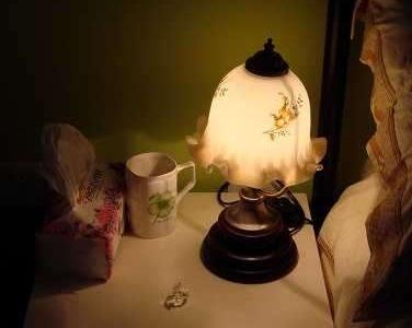 老公那边的床头柜(在衣柜和床之间),有个我很喜欢的小台灯