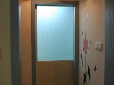 过厅:正对的门里是卫生间,左侧即主卧房门