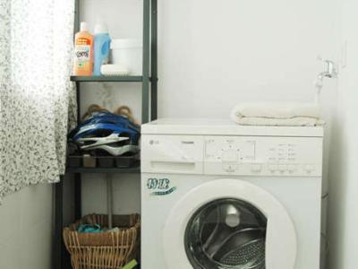 阳台改作洗衣房~~阳光太好了~~洗衣机的外壳都晒黄了~~