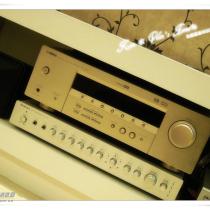 为了投影出效果,买了雅马哈的五声道功放和BOSE的五个音箱,确是一笔不小的开支。效果当然是很不错的!我去看过飞利浦的超薄音箱,说实话,音箱的效果一般,都是