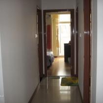 从客厅看卧室和厨卫的门,迎面的是客卧