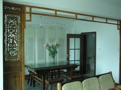 屏风是在隍庙掏的,双面雕,旧货。后面墙上的条幅是挑担写的,白居易的《琵琶行》,因为LD弹琵琶。