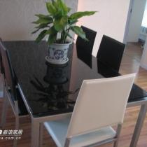 简单的餐桌,原本想买木质的,但没有找到合适的,买一个玻璃加金属的,有点冷,不过调节一下,或许还行