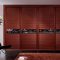 适合空间特点:窗子多的卧室。方案分析:面积达到40平米的卧室内,如果四周都有窗子,可以在床的一侧制作顶天立地的衣柜当作隔断。衣柜可以采取双面开门的设计,方便物品取用。大面积的移动门框架一定要稳固。外观提示:柜体的颜色不要与其他装饰形成太大反差,否则会失去整个空间的色彩平衡感。推荐产品:联邦高登苹果木波浪板趟门,苹果木色质朴浓厚,极具自然韵味。