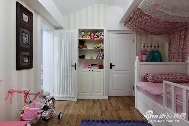 给进入房间的门也套上了裙子,萌萌的。房间里用便利挂钩分摊了部分收纳压力。