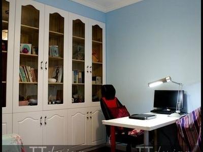 书房定制了一排书橱,白色略带弧形图案的门板款式简洁而美观。