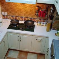 厨房的地砖和墙砖呼应了乡村风格