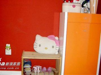 进门的地方是橘红色的鞋柜