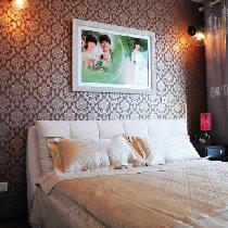 卧室整体铺的地板,墙面铺的壁纸,略有点低调小奢华的味道
