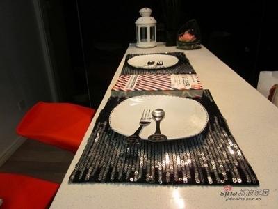 餐桌这里的餐垫是亮片式的,很给力哦