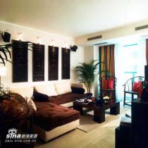 设计师在会客空间中,将墙上的古典窗棂与现代的沙发、茶几相结合