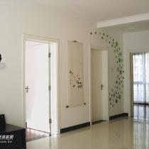 客厅这一面的颜色正好和另一面成鲜明对比