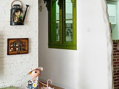 小主人看到门口的换鞋板凳很满意打算据为己有,把它收起来放自己房间不让家人坐,于是我们只好又给她买了2个小板凳和她换