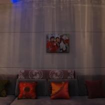 呵呵,沙发墙很简单,放了我和我老公的照片,感觉还不错,所以建议婚房装好后可以不用挂外面买来的装饰画,可以直接用婚纱照.