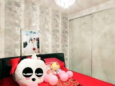 寝室房不大,衣柜做成了这种移门的,配景墙纸也是不错的
