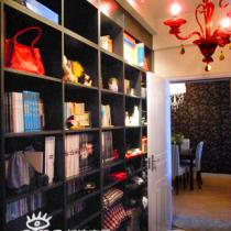 从刚才发的那张图的那个门进去,就是书房了。也是三房里的其中一个房,带着阳台,将书房改大了一点,依着墙体做了一个大衣柜和书架