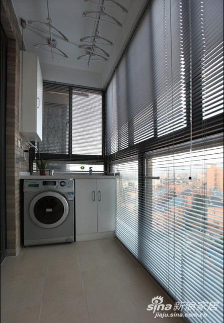 洗衣机就放在阳台了。整体的空间看起来还是简洁温馨。