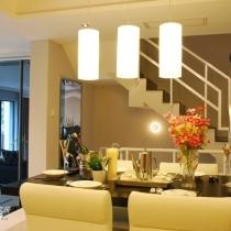 从厨房望过去,楼梯通向地下室及二楼