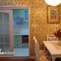 进门右边便是餐厅和厨房了,餐厅墙上的画是我绣的十字绣,叫田园四季
