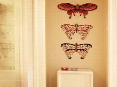墙面的蝴蝶装饰,是用风筝改造的,很有艺术效果吧!