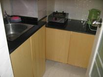 厨房的面积也是只有2个多平米,还有一个很粗的上下水管。另外四个面一面临窗,一面置门,另外两面一个挂热水器,另一个挂抽油烟机,也不用做上吊柜了,银子是省了,可怎么放东西成了难题。地下空间要是利用不好,那?