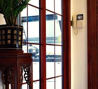 厨房同样也是玻璃门,隔断油烟,保留空间的开敞感觉。