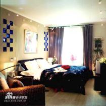 主卧室的设计简洁而实用,丰富的美感由众多的装饰来传达