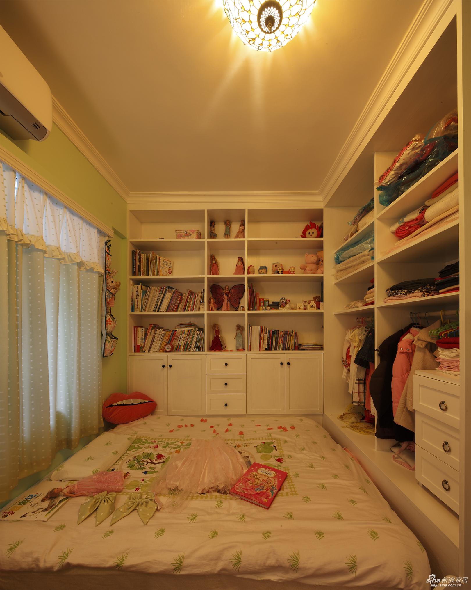 正面的玩具柜与书柜,还有一个大衣柜