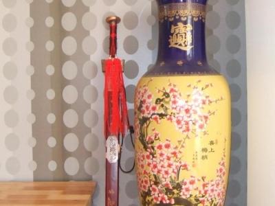 右面花瓶旁边放的是我在少林寺请的宝剑.放在花瓶的旁边取意保平安意思.