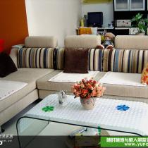 浅咖色的沙发,因为旁边的餐厅颜色太抢眼啦,这里只能低调一些哈
