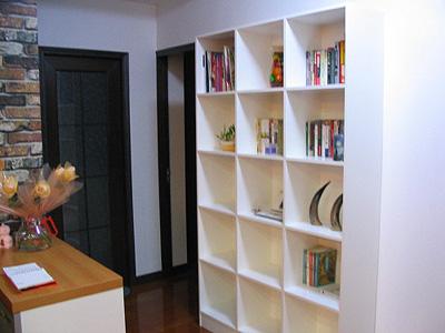 过道再来一张,柱子上贴的都是墙纸,后面的格子书架是自制的