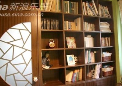有点乱的书架,书架上的小闹钟还是北京钟表厂产的呢,上足发条后,红卫兵会不断地挥拳头